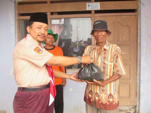 Drs. Rokhidin Selaku waka Kesiswaan MA Negeri 1 Brebes memberikan bantuan paket sembaku