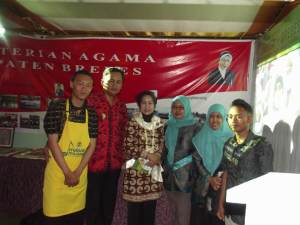 Kunjungan Bupati (ibu Hj. Idza Priyanti, A.Md., S.E) dan Wakil Bupati Brebes (Bapak Narjo)  ke Stand MA Negeri 1 Brebes pada saat malam pembukaan Brebes Expo 2014