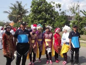 bapak Drs. Syaiful Zuhri - Waka Humas (dua dari kiri) bersama Bapak Slamet Haryono - Pembina Seni calung MA Negeri 1 Brebes (paling kanan) berfoto bersama dengan tim Calung Sanggar Seni Amanah MAN 1 Brebes